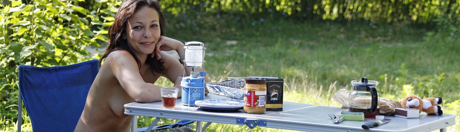 Jeune fille camping